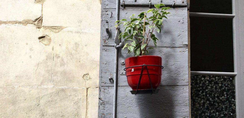 Franskmennene vet å pynte opp. Her er den rødeste blomsterpotta i Arles.