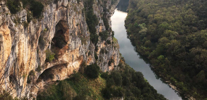 Ardeche har imponerende landskap med bratte klipper og elven i bunnen.
