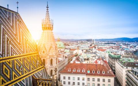 Kirkespir mot bygårder i Wien