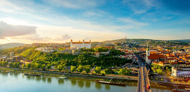 Skipet ligger til kai en kort spasertur fra gamlebyen i Bratislava.