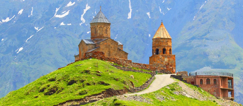 Treenighetskirken Gergeti's Sameba ved foten av Kazbegifjellet