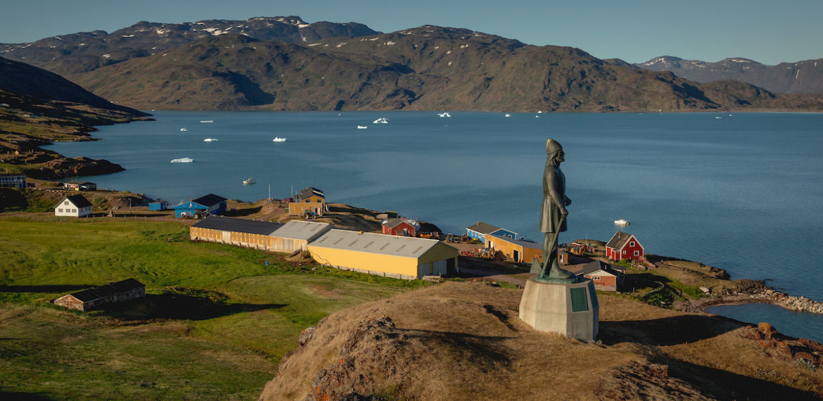 Grønland Qassiarsuk statue of Leif Ericson in the foreground (1)