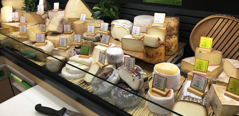 Deilige oster på mathallen til Paul Bocuse i Lyon, Frankrike.